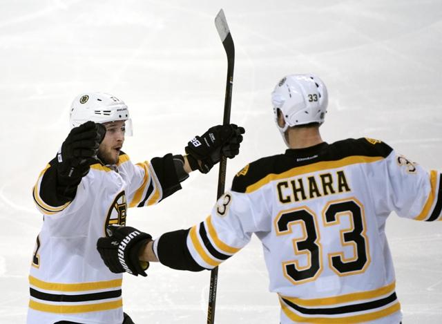 Slovenský hráč Bostonu Bruins Zdeno Chára (vpravo) oslavuje so spoluhráčom Ryanom Spoonerom gól do bránky Buffala Sabres v zápase hokejovej zámorskej NHL v Buffalo