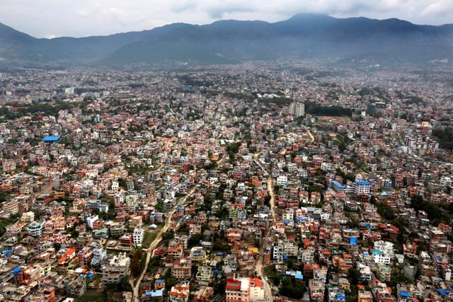 Na ilustračnej snímke pohľad na Káthmandu z vrtuľníka