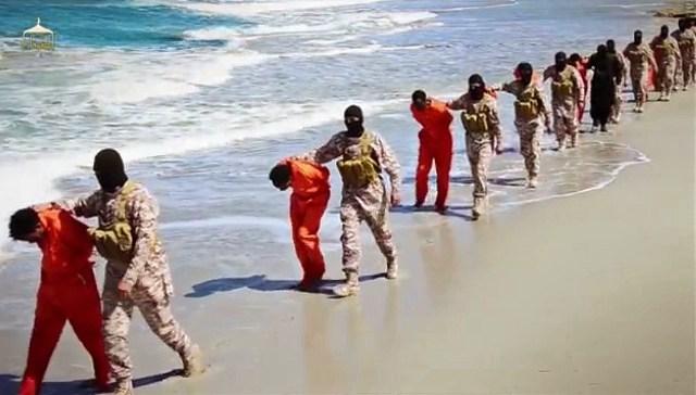 Na ilustračnej videosnímke, ktorú zverejnila 19. apríla 2015 militantná organizácia Islamský štát (IS) masová vražda zajatých etiópskych kresťanov v Líbyi