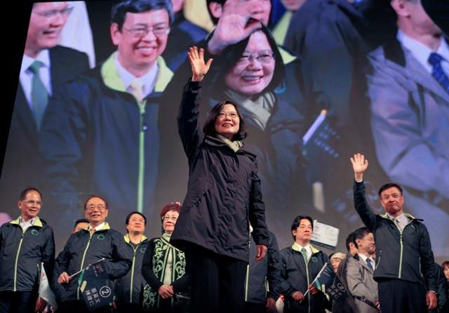 Taiwanská prezidentská kandidátka Demokratickej pokrokovej strany (DPP) Caj Ing-wen oslavuje jej víťazstvo v prezidentských voľbách na Taiwane po zverejnení predbežných výsledkov v sídle strany v Tchaj-peji 16. januára 2016