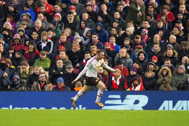Hráč Manchesteru United Wayne Rooney oslavuje gól do bránky Liverpoolu vo futbalovom zápase anglickej Premier League medzi FC Liverpool - Manchester United