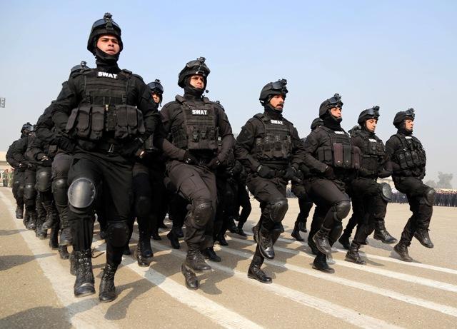 Na ilustračnej snímke členovia irackého taktického tímu a špeciálnych zbraní (SWAT)