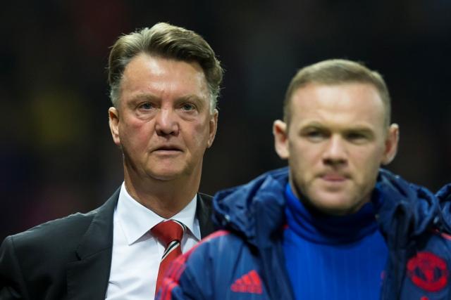 Na snímke tréner Manchestru United Louis van Gaal (vľavo) a hráč Wayne Rooney