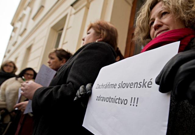 Na snímke zdravotné sestry po brífingu s novinármi pred Úradom vlády SR 19. januára 2016 v Bratislave