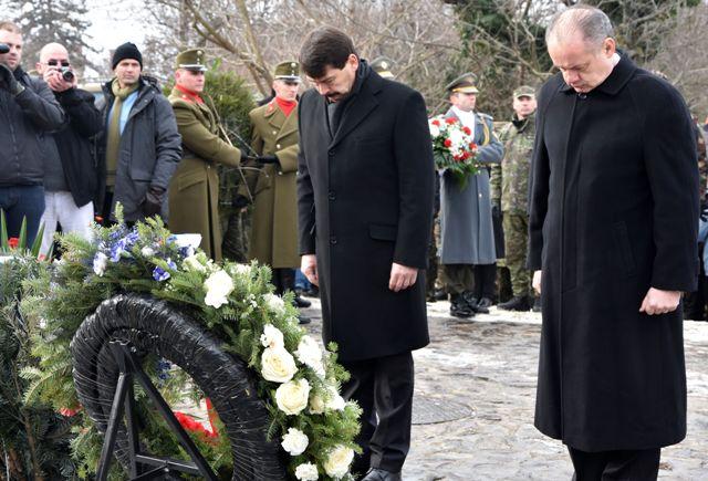 Na snímke zľava prezident Maďarska János Áder a prezident SR Andrej Kiska pri pamätníku v obci Hejce