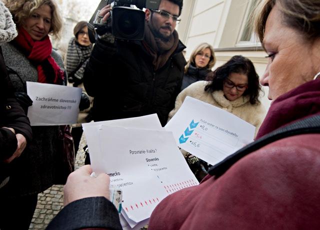 Na snímke vpravo prezidentka Slovenskej komory sestier a pôrodných asistentiek Iveta Lazorová po brífingu s novinármi pred Úradom vlády SR 19. januára 2016 v Bratislave