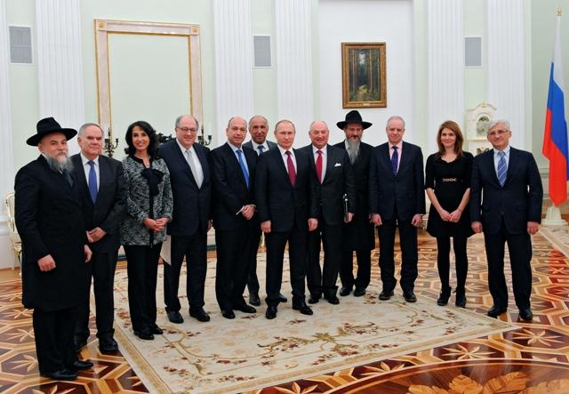 Na snímke uprosred ruský prezident Vladimir Putin pózuje pre skupinovú fotografiu počas stretnutia so zástupcami Európskeho židovského kongresu (EJC) v moskovskom Kremli 19. januára 2016