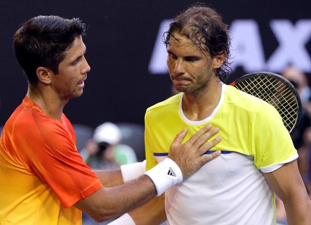 Španielsky tenista Fernando Verdasco (vľavo) a jeho krajan Rafael Nadal si podávajú ruky po zápase 1. kola mužskej dvojhry na grandslamovom turnaji Australian Open v Melbourne