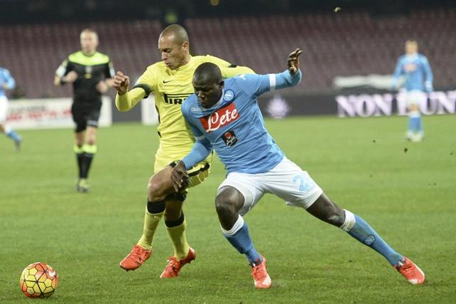 Na snímke vľavo hráč Interu Miranda, vpravo hráč Neapola Kalidou Koulibaly v zápase Talianskeho futbalového pohára SSC Neapol - Inter Miláno v Neapole