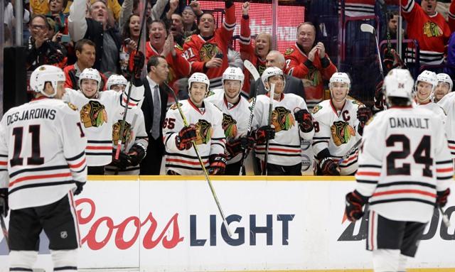 Hokejisti Chicaga Blackhawks a fanúšikovia sa tešia po strelení gólu do prázdnej siete z hokejky Andrewa Desjardinsa v tretej tretine zápasu zámorskej hokejovej NHL proti Nashville Predators