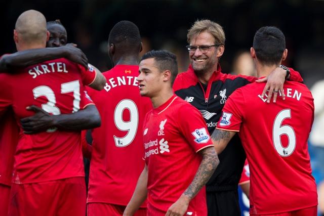 Na snímke tréner Liverpoolu Jürgen Klopp sa teší so svojimi zverencami