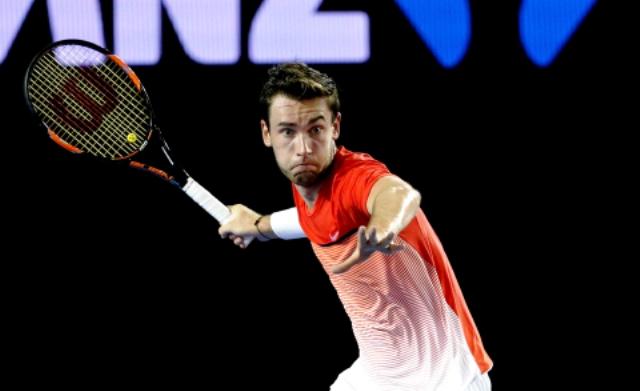 Francúzsky tínedžer Quentin Halys odvracia úder obhajcu trofeje a svetovej jednotky Srba Novaka Djokoviča v zápase 2. kola mužskej dvojhry na grandslamovom turnaji Australian Open v Melbourne
