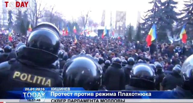 Tisíce protestujúcich Moldavcov pretrhli policajné kordóny a vtrhli sa do budovy parlamentu