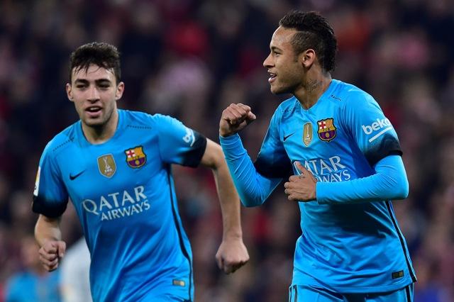 Na snímke vpravo brazílsky útočník Barcelony Neymar oslavuje svoj gól, vľavo jeho spoluhráč Munir El Haddadi v zápase štvrťfinále Kráľovského pohára Athletic Bilbao - FC Barcelona