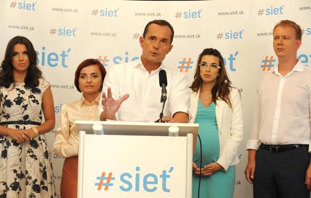 Na snímke predseda Siete Radoslav Procházka (uprostred)
