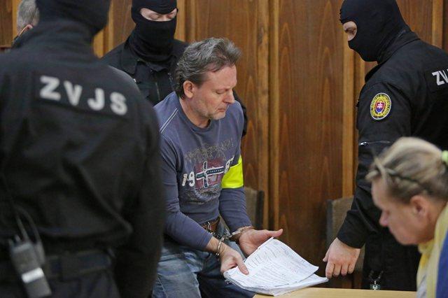 Na snímke uprostred obžalovaný Róber L. (prezývaný Kýbel) na pojednávaní v Ústave na výkon väzby v Banskej Bystrici 21. januára 2016