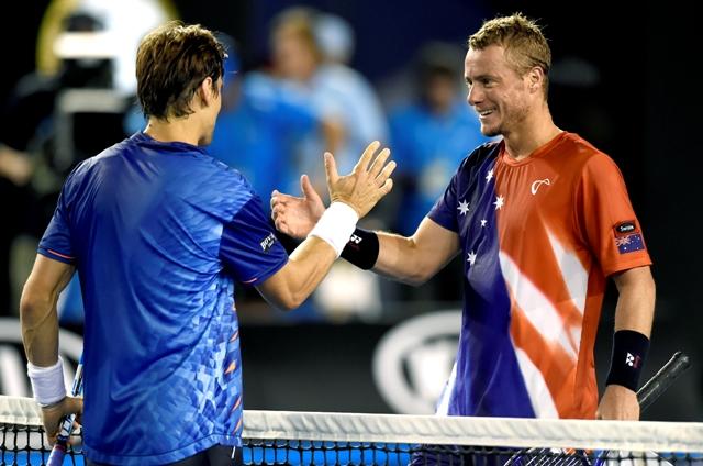 Španielsky tenista David Ferrer (vľavo) a domáci austrálsky tenista Lleyton Hewitt si podávajú ruky po zápase 2. kola mužskej dvojhry na grandslamovom turnaji Australian Open v Melbourne