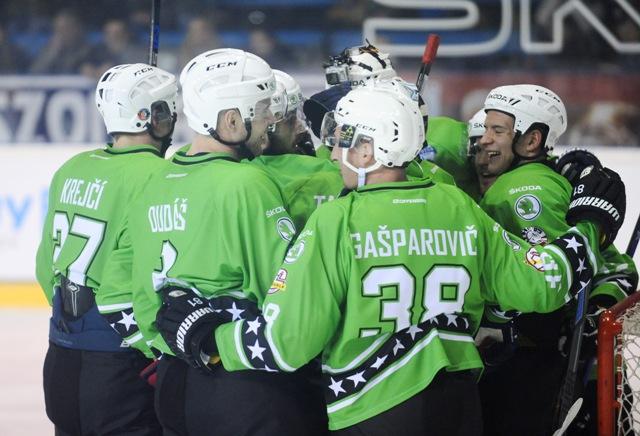 Radosť hráčov z tímu Róberta Petrovického (Škoda) vo víťazstve 8:7 vo finále zápasu hviezd Tipsport Ligy medzi Tím Škoda - Tím Tipsport