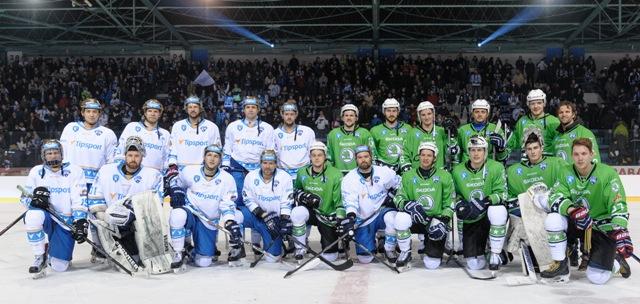 Hráči z tímu Róberta Petrovického (Škoda - v zelenom) a hráči z tímu Ľuboša Bartečka (Tipsport) pózujú vo finálovom zápase hviezd Tipsport Ligy medzi Tím Škoda - Tím Tipsport