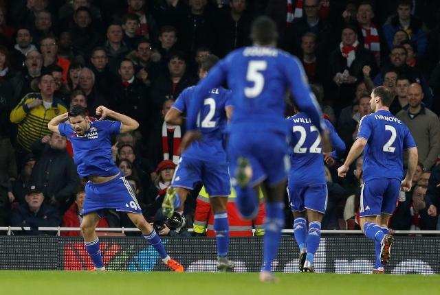 Na snímke Diego Costa (vľavo) z Chelsea Londýn sa teší z gólu v zápase 23. kola anglickej Premier League proti Arsenalu Londýn