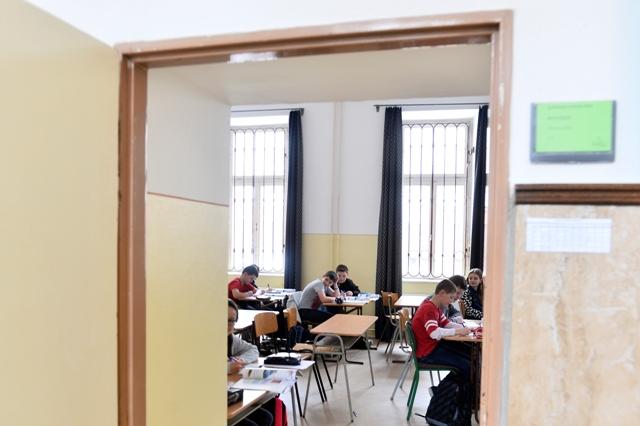 Vyučovanie na Gymnáziu Ľudovíta Štúra v Trenčíne prebieha v obmedzenom režime, do štrajku sa zapojilo 90 percent učiteľov, vyučuje sa podľa upraveného rozvrhu v troch triedach