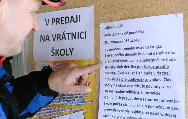 Na snímke oznam na Základnej škole Jozefa Urbana v Košiciach, ktorá sa zapojila do neobmedzeného ostrého štrajku, ale vyučovanie prebieha pre žiakov prvého ročníka