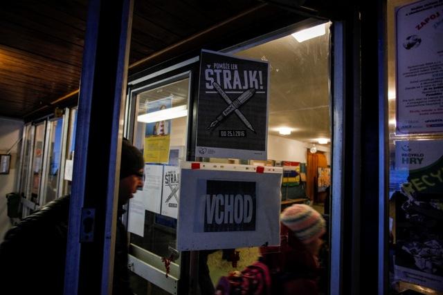 Na snímke oznámenie o štrajku učiteľov na Základnej škole Beňovského 1 v Dúbravke. Škola je počas štrajku učiteľov v špeciálnom režime a vyučuje sa len v 1.- 6. ročníku