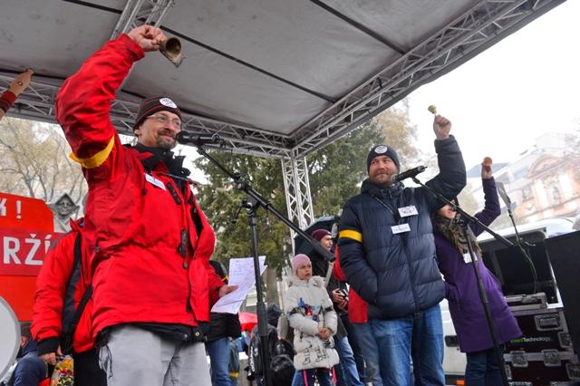 Na snímke zástupcovia Iniciatívy slovenských učiteľov vpravo Vladimír Crmoman a vľavo Branislav Kočan počas protestného zhromaždenia učiteľov, ktoré zorganizovala Iniciatíva slovenských učiteľov (ISU) na Námestí SNP v Bratislave 25. januára 2016