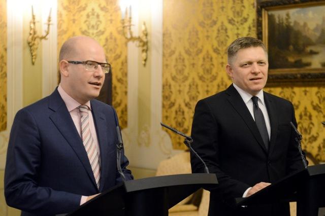 Na snímke vľavo predseda vlády ČR Bohuslav Sobotka a predseda vlády SR Robert Fico