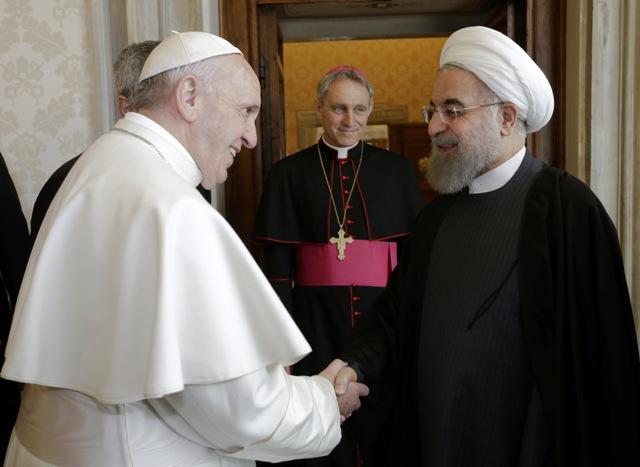 Pápež František (vľavo) víta iránskeho prezidenta Hasana Rúháního pred ich stretnutím v rámci privátnej audiencie v Ríme 26. januára 2016. Ide o prvú návštevu iránskeho prezidenta v Európe po takmer 20 rokoch