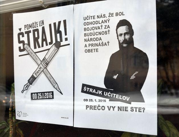Na snímke plagát štrajku učiteľov na okne budovy základnej školy Pavla Horova v Michalovciach, ktorá je zatvorená 26. januára 2016