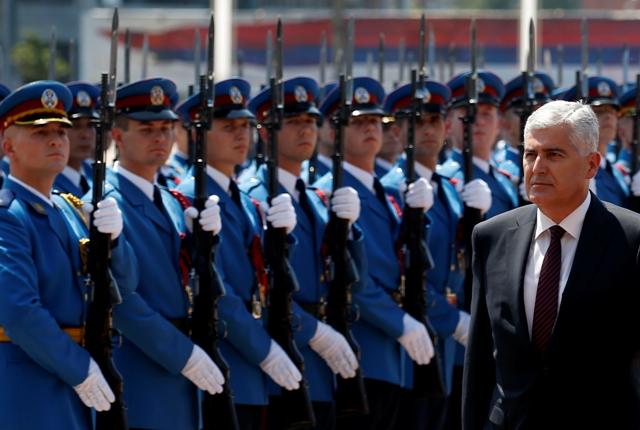 Na snímke vpravo chorvátsky člen trojčlenného predsedníctva Bosny Dragan Čovič