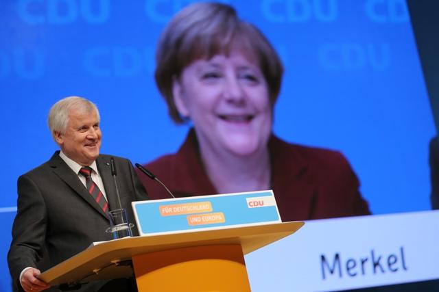 Na snímke vpravo videosnímka nemeckej kancelárky Angely Merkelovej a vľavo reční bavorský premiér Horst Seehofer