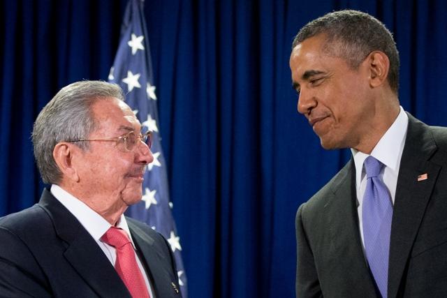 Na snímke americký prezident Barack Obama (vpravo) a prezident Kuby Raúl Castro (vľavo)
