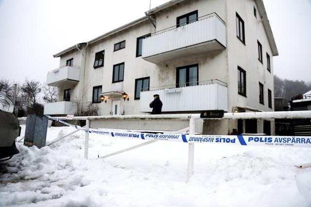 Policajti stoja pred zariadením pre mládež a neplnoletých migrantov bez sprievodu, kde dobodali na smrť jednu z jej pracovníčok v meste Mölndal na juhu Švédska v pondelok 25. januára 2016