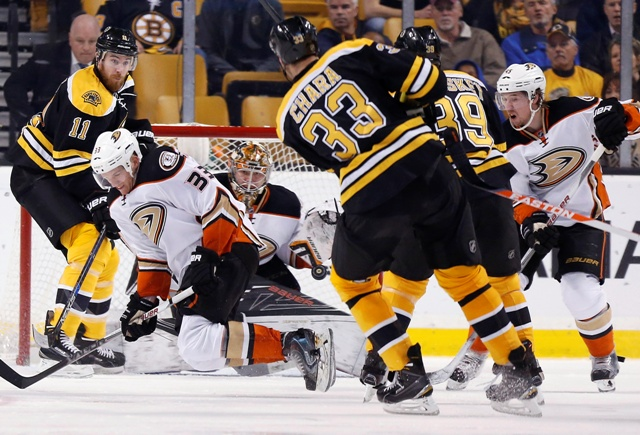 Slovenský kapitán Bostonu Zdeno Chára strieľa gól brankárovi Anaheimu Frederikovi Andersenovi v zápase hokejovej NHL Anaheim Ducks - Boston Bruins v Bostone