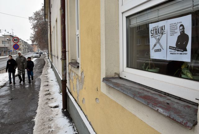 Na snímke plagát štrajku učiteľov na okne budovy základnej školy Pavla Horova v Michalovciach