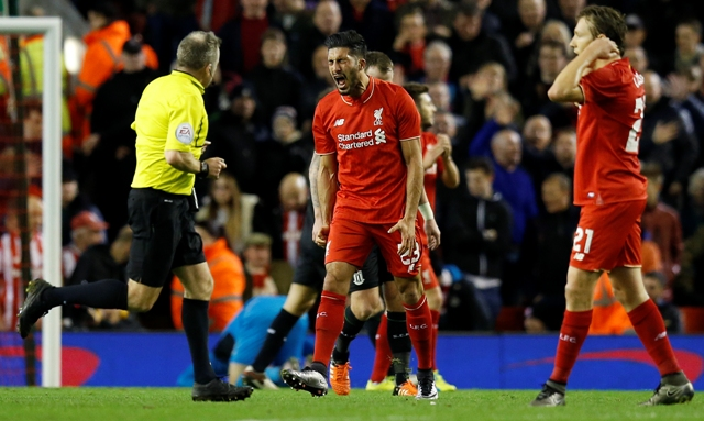 Futbalista Liverpoolu Emre Cam (uprostred) kričí v odvetnom semifinálovom zápase  Ligového pohára FC Liverpool - Stoke City v Liverpoole