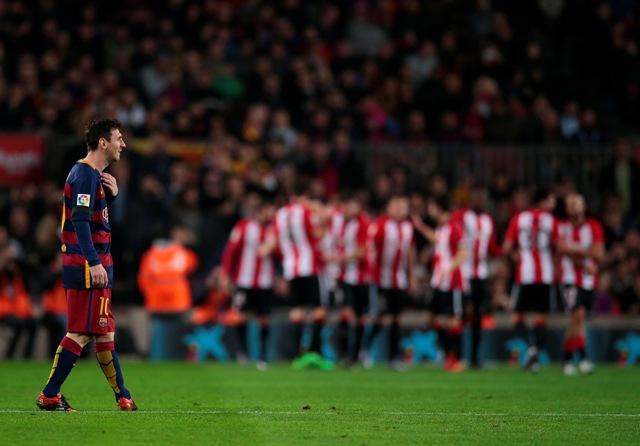 Futbalista FC Barcelona Lionel Messi reaguje po inkasovaní gólu v odvetnom štvrťfinálovom zápase Španielskeho kráľovského pohára FC Barcelona - Athletic Bilbao