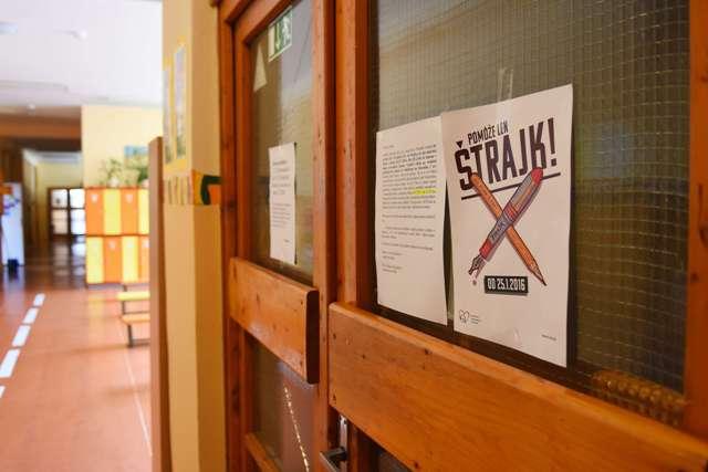 Na ilustračnej snímke leták oznamujúci štrajk učiteľov nalepený na dverách spojenej základnej a materskej školy na Letnej ulici v Poprade počas štrajku učiteľov v Poprade