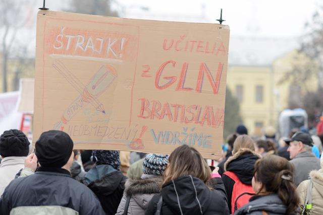 Na snímke demonštrácia učiteľov na Námestí hrdinov v Leviciach 27. januára 2016