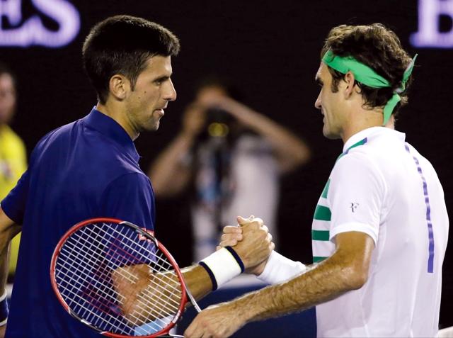 Srbský tenista Novak Djokovič (vľavo) podáva ruku Švajčiarovi Rogerovi Federerovi po víťazstve v semifinále dvojhry na grandslamovom turnaji Australian Open 28. januára 2016 v Melbourne