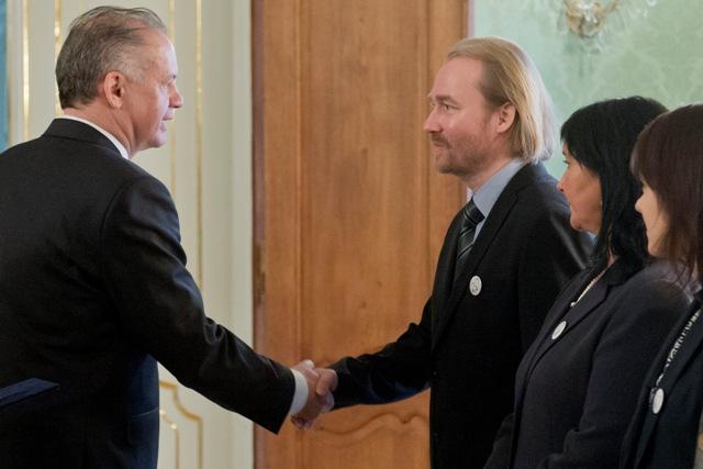 Prezident SR Andrej Kiska (vľavo) prijal zástupcov Iniciatívy slovenských učiteľov (ISU). Na snímke vpravo Vladimír Crmoman z ISU