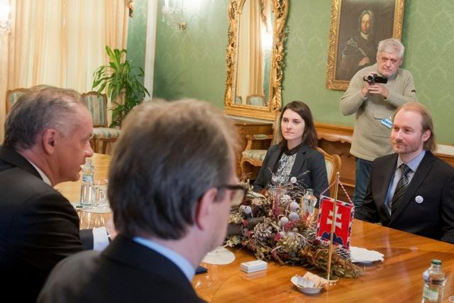 Prezident SR Andrej Kiska (vľavo) prijal zástupcov Iniciatívy slovenských učiteľov (ISU). Na snímke sprava Vladimír Crmoman a Jana Ftáčnik Pastorková