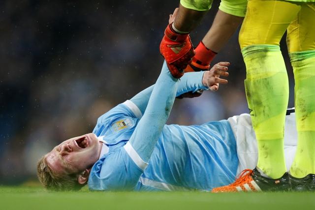Zranený futbalista Manchesteru City Kevin De Bruyne leží na trávniku a kričí bolesťou v stredajšom odvetnom semifinálovom zápase anglického Ligového pohára Manchester City - Everton City
