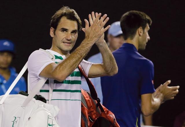 Švajčiarsky tenista Roger Federer odchádza z kurtu po prehre v zápase proti Srbovi Novakovi Djokovičovi v semifinále dvojhry na grandslamovom turnaji Australian Open 28. januára 2016 v Melbourne