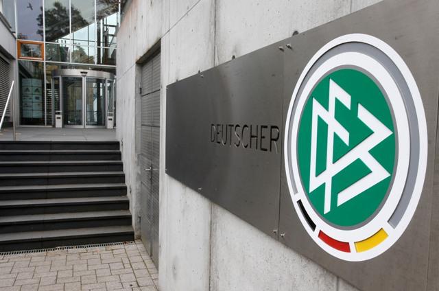 Na snímke logo Nemeckého futbalového zväzu (DFB) je na budove sídla DFB  vo Frankfurte