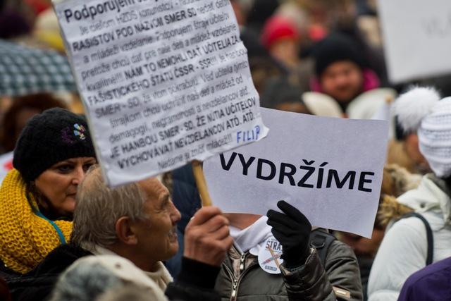 Na ilustračnej snímke protestné zhromaždenie učiteľov, ktoré zorganizovala Iniciatíva slovenských učiteľov (ISU) na Námestí SNP v Bratislave 25. januára 2016