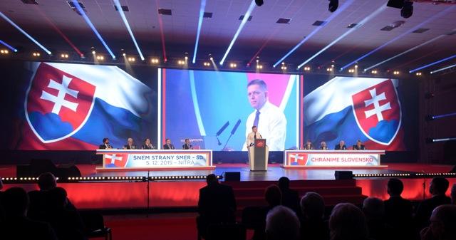 Na ilustračnej snímke veľkoplošná obrazovka, na ktorej je  predseda strany Smer-SD a premiér SR Robert Fico