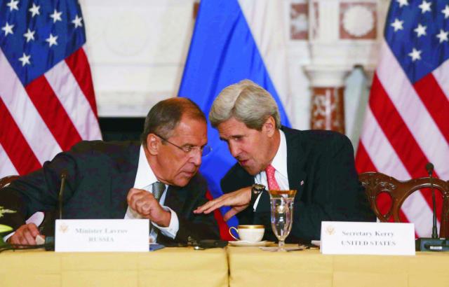 Americký minister zahraničných vecí  John Kerry (vpravo) a jeho ruský rezortný partner Sergej Lavrov
